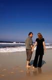 Junge Paare, die auf sandiges gehen stockfotos
