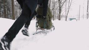 Junge Paare, die auf Sunny Winter Day rodeln und genießen Langsame Bewegung stock footage