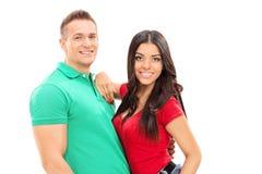 Junge Paare, die auf weißem Hintergrund aufwerfen Stockfotografie