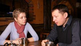 Junge Paare, die ausdrucksvoll in einem Café plaudern stock video