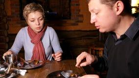 Junge Paare, die ausdrucksvoll in einem Café plaudern stock video footage