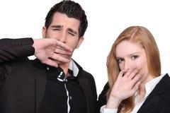 Junge gähnende Paare Lizenzfreie Stockfotos