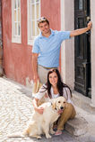 Junge Paare, die beim Hund auf Treppen liegen Lizenzfreie Stockbilder