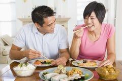 Junge Paare, die chinesische Nahrung genießen Lizenzfreie Stockfotografie