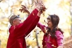 Junge Paare, die das Fallen genießen Stockfotos
