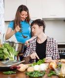 Junge Paare, die das veggy Mittagessen kochen Stockfotos