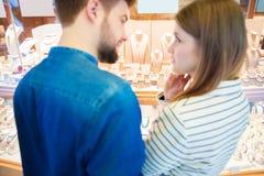 Junge Paare, die an den Schmuck denken Lizenzfreie Stockfotos