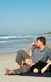Junge Paare, die den Wein genießen Lizenzfreies Stockfoto