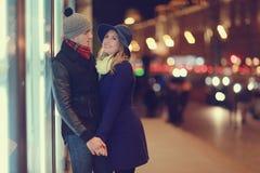 Junge Paare, die an der Abendstadt gehen Stockbild