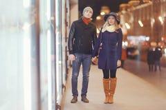 Junge Paare, die an der Abendstadt gehen Stockfotos