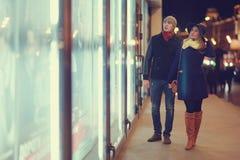 Junge Paare, die an der Abendstadt gehen Lizenzfreie Stockbilder
