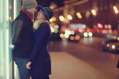 Junge Paare, die an der Abendstadt gehen Lizenzfreies Stockfoto