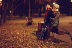 Junge Paare, die an der Abendstadt gehen Stockfotografie