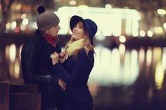 Junge Paare, die an der Abendstadt gehen Stockfoto