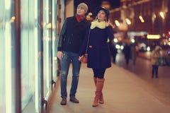 Junge Paare, die an der Abendstadt gehen Lizenzfreies Stockbild