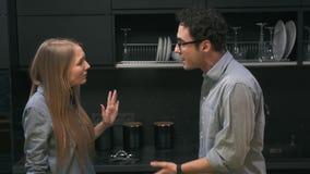 Junge Paare, die in der Küche streiten stock footage