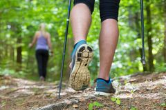 Junge Paare, die in der Natur wandern Sport und Übung Stockfotografie