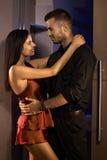 Junge Paare, die in der Schlafzimmertür umfassen Lizenzfreie Stockfotografie
