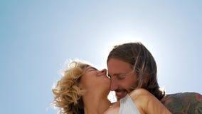 Junge Paare, die in der Sonne umarmen stock video footage