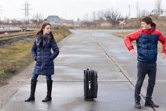 Junge Paare, die in der Straße argumentierend stehen Lizenzfreie Stockbilder
