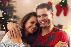Junge Paare, die in der Weihnachtszeit umarmen stockfotos