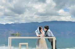 Junge Paare, die draußen einander betrachten Lizenzfreie Stockbilder