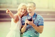 Junge Paare, die draußen Fotos machen Lizenzfreies Stockfoto