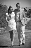 Junge Paare, die draußen gehen Stockbild