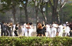 Junge Paare, die draußen in Havanna, Kuba tanzen Stockfotografie