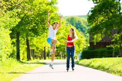 Junge Paare, die draußen Sport tun Lizenzfreie Stockfotografie