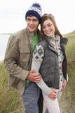 Junge Paare, die durch Sanddünen gehen Lizenzfreies Stockbild