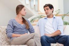 Junge Paare, die ein Argument beim Fernsehen Haben Stockfoto