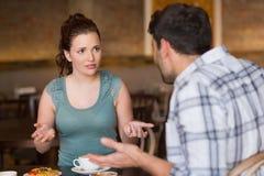 Junge Paare, die ein Argument haben stockfotografie