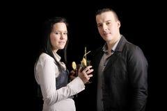 Junge Paare, die ein Cocktail trinken Lizenzfreie Stockfotos
