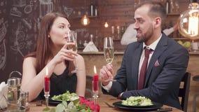 Junge Paare, die ein Glas Sekt an einem Abendessen genießen stock video footage