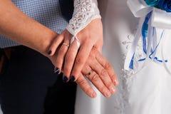 Junge Paare, die ein Hochzeitskleid Hochzeitsbands und sehr glückliches heiraten und spielen Stockfoto