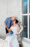 Junge Paare, die ein Hochzeitskleid Hochzeitsbands und sehr glückliches heiraten und spielen Stockfotografie