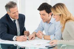 Junge Paare, die ein neues Haus kaufen Lizenzfreie Stockfotos