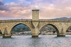 Junge Paare, die ein selfie auf berühmter Drina-Flussbrücke nehmen stockbilder