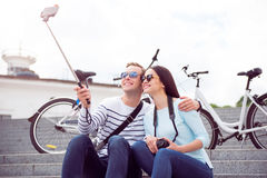 Junge Paare, die ein selfie machen Stockbilder