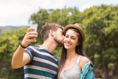 Junge Paare, die ein selfie nehmen Stockfoto