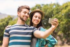 Junge Paare, die ein selfie nehmen Stockbild