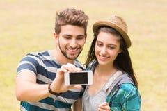 Junge Paare, die ein selfie nehmen Stockfotos