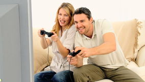 Junge Paare, die ein Videospiel spielen stock footage