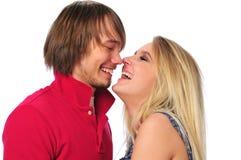 Junge Paare, die einander lachen und betrachten Stockbilder