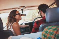 Junge Paare, die eine Autoreise genießen Lizenzfreie Stockbilder