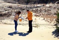 Junge Paare, die eine Karte studieren lizenzfreies stockbild