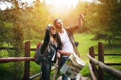 Junge Paare, die in eine Natur reisen Glückliche Leute Reiselebensstil Stockfotos