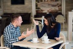 Junge Paare, die in einem Café argumentieren Sie hatte ` s genug, Freund sich entschuldigt Junge Paare, die, schreiend streiten lizenzfreies stockfoto