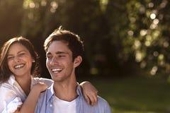 Junge Paare, die in einem Park sich halten Stockbilder